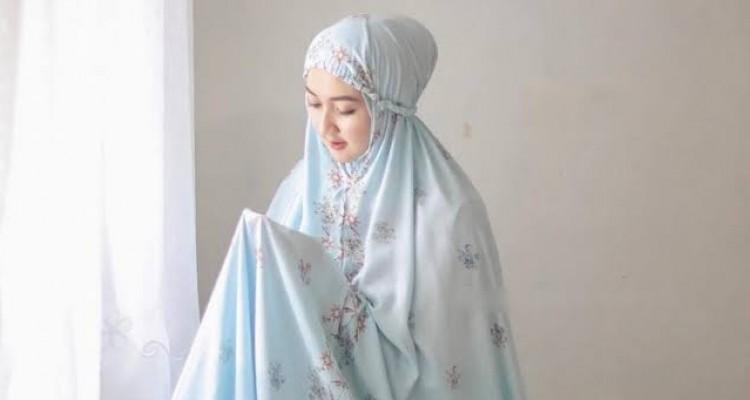 Etika Pakaian Muslimah dalam Shalat